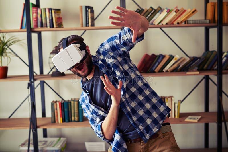 Человек вспугнутый что-то в виртуальной реальности стоковая фотография