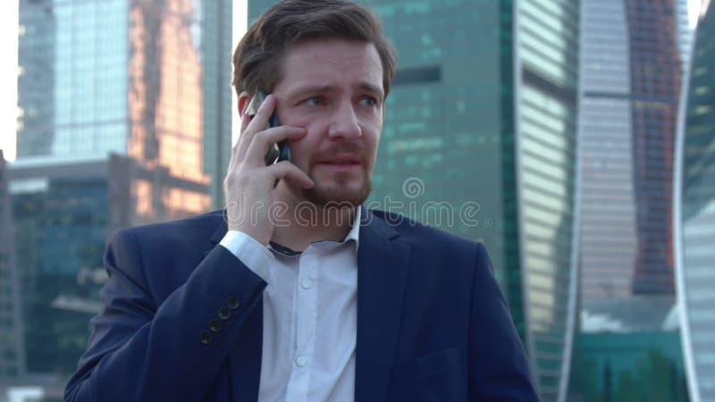 Человек вспугнут говорить на телефоне видеоматериал
