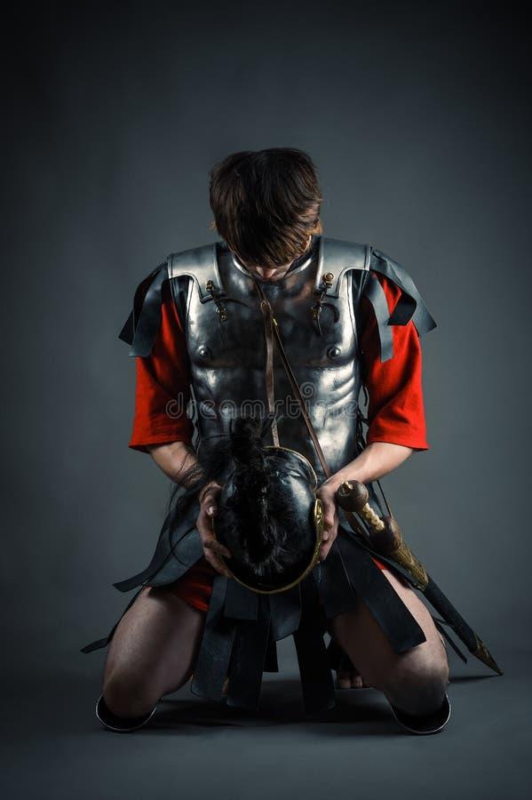 Человек вставать с шлемом в руках стоковое фото