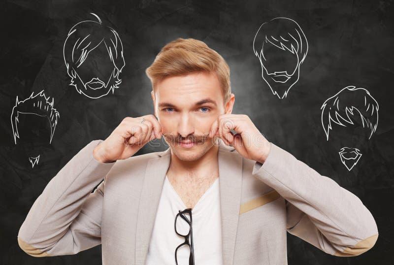 Человек выбирает стиль волос на лице, бороду и усик стоковые фото