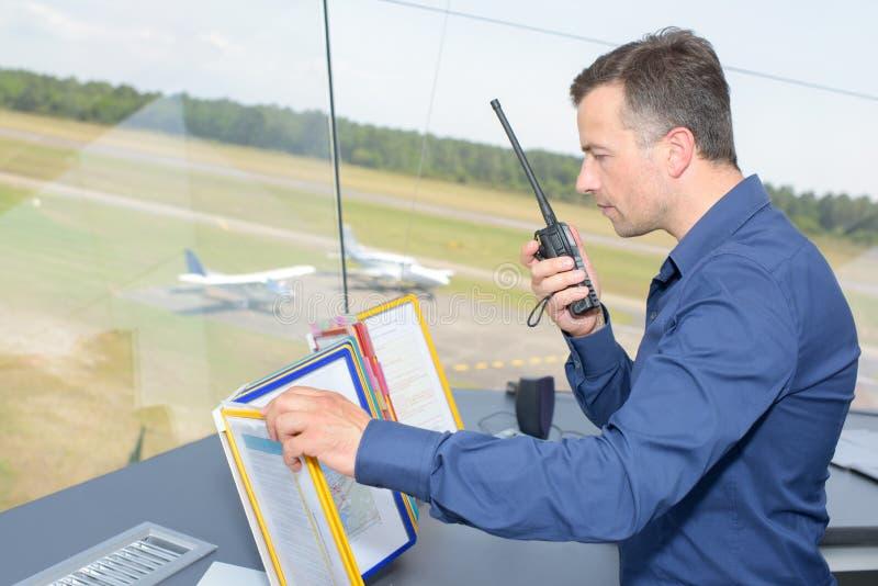 Человек в башне авиапорта стоковое изображение rf