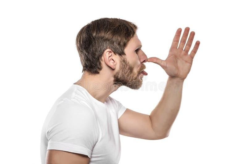 Человек в белой футболке дразнит кто-то и гримасы стоковые фотографии rf