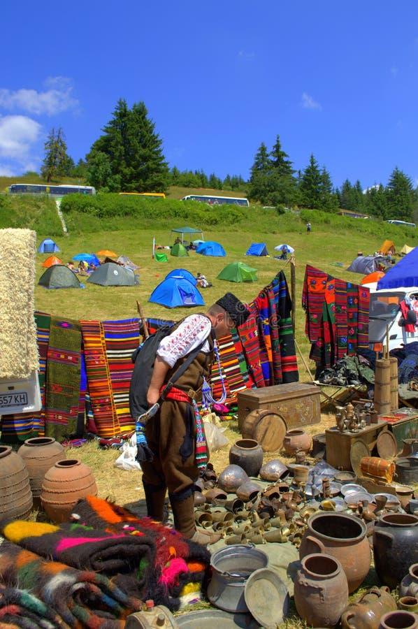 Человек в болгарских покупках костюма людей стоковое фото rf