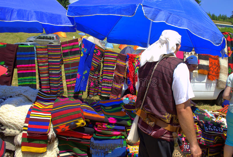 Человек в болгарском костюме людей стоковые изображения rf