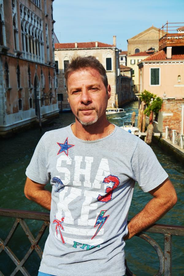 Человек в Венеции и узком канале, Италии стоковые изображения rf