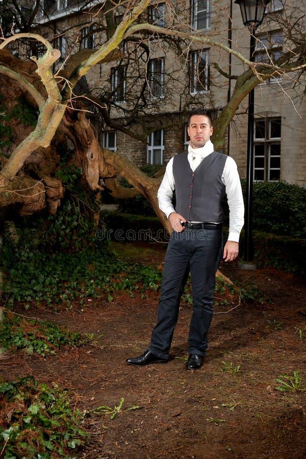 Человек в викторианской одежде в парке стоковые изображения