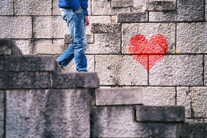 Человек в влюбленности идет рассвет лестницы стоковое изображение rf