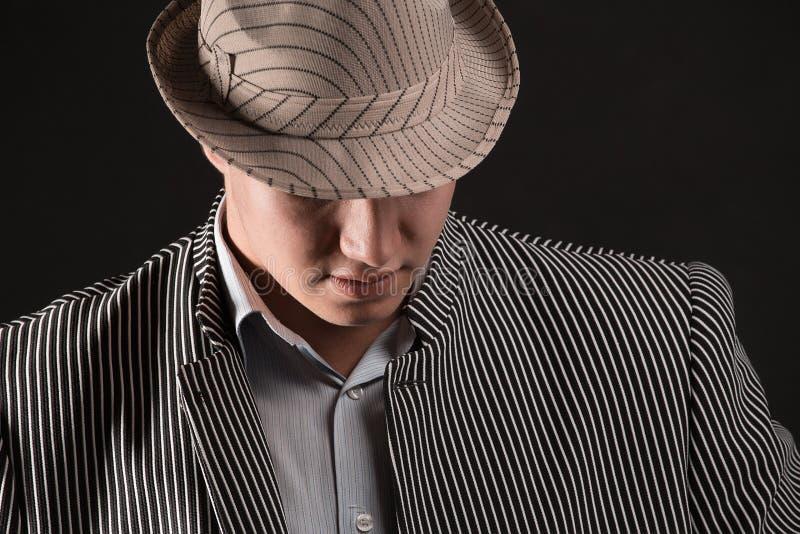 Человек в гангстере Чикаго стиля на темной предпосылке стоковое изображение rf