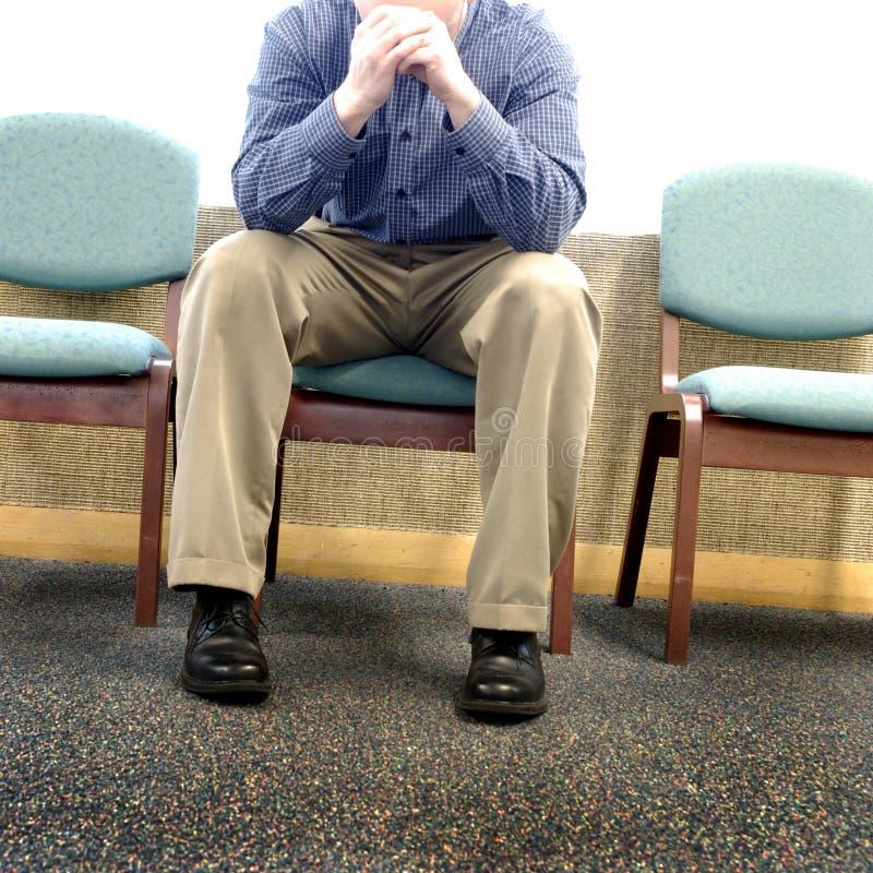 Человек в зале ожидания больницы стоковая фотография rf