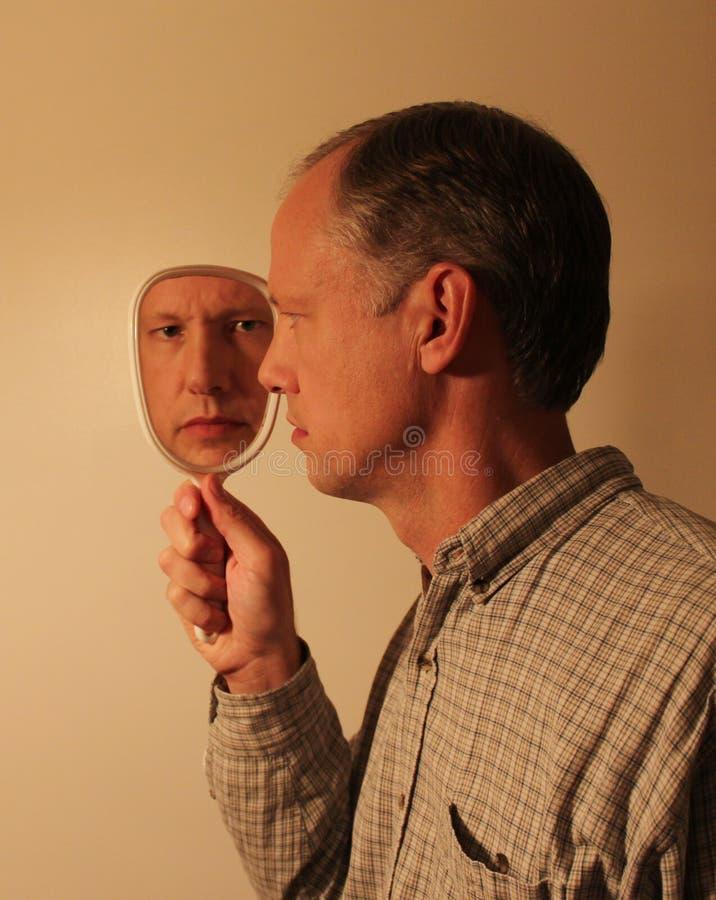 Человек в зеркале стоковое изображение rf