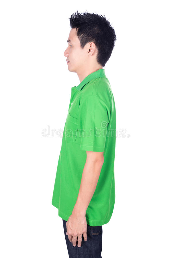 Человек в зеленой рубашке поло изолированной на белом взгляде со стороны предпосылки стоковое изображение rf