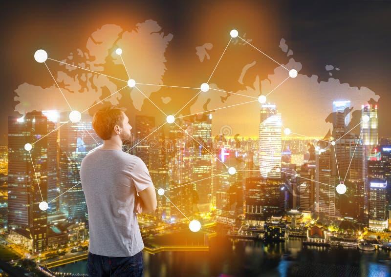 Человек в карте футболки и мира в городе стоковая фотография rf