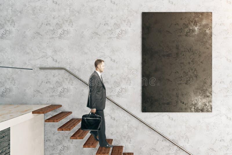 Человек в комнате с классн классным стоковая фотография