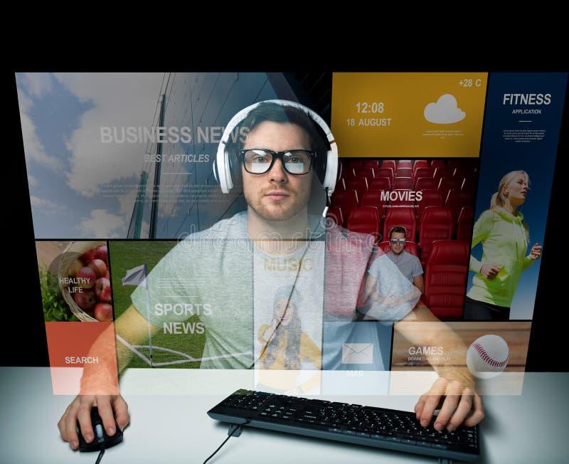 Человек в компьютере шлемофона над виртуальным экраном средств массовой информации стоковые фото