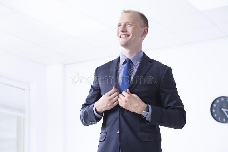 Человек в костюме в районе офиса стоковое фото