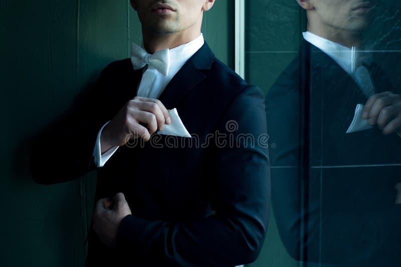 Человек в костюме касается носовому платку стоковая фотография rf