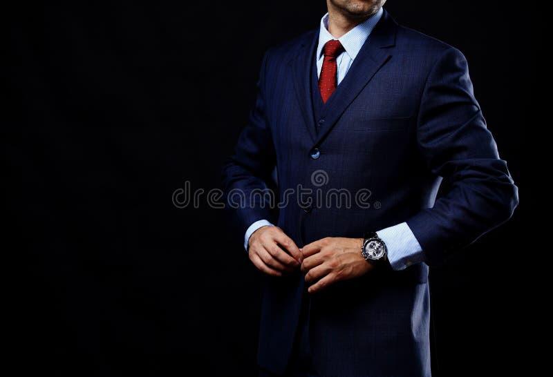 Человек в костюме на черной предпосылке стоковое фото rf