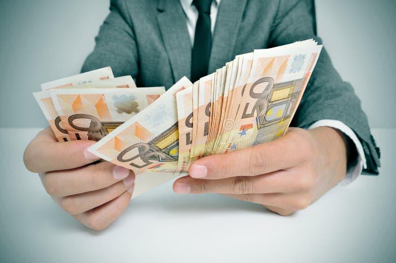 Человек в костюме с подсчитывать счеты евро стоковые фотографии rf