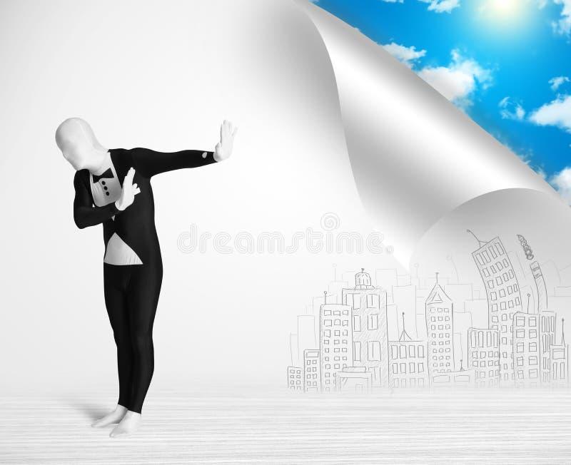 Человек в костюме тела избегая от города к концепции природы стоковая фотография rf
