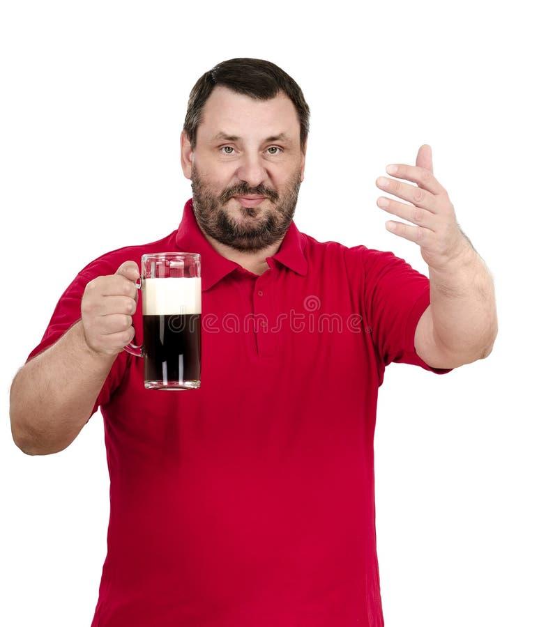 Человек в красном поло приглашает вас к фестивалю эля стоковые фото