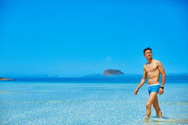 Человек в море стоковое изображение rf