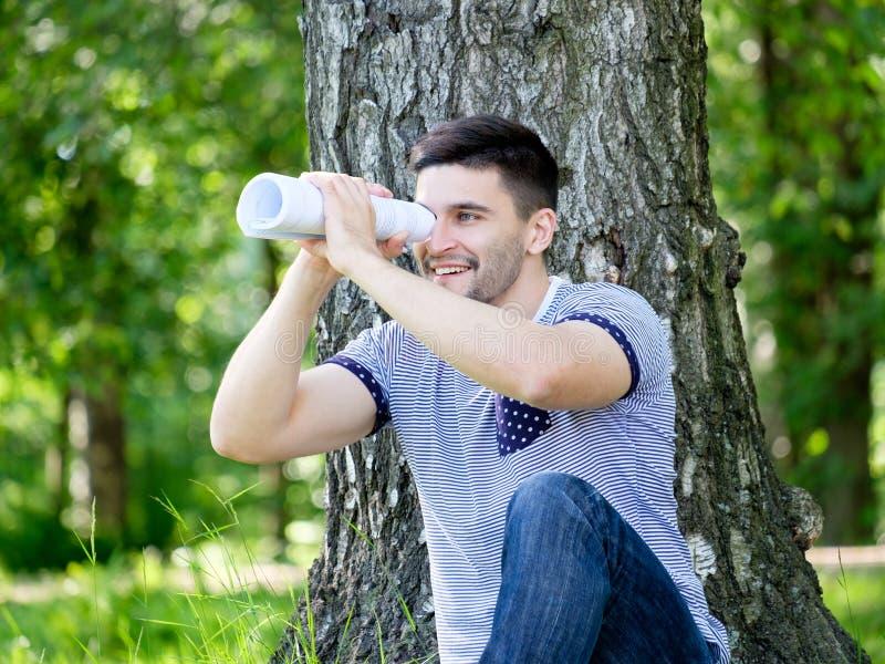Человек в парке города стоковое изображение