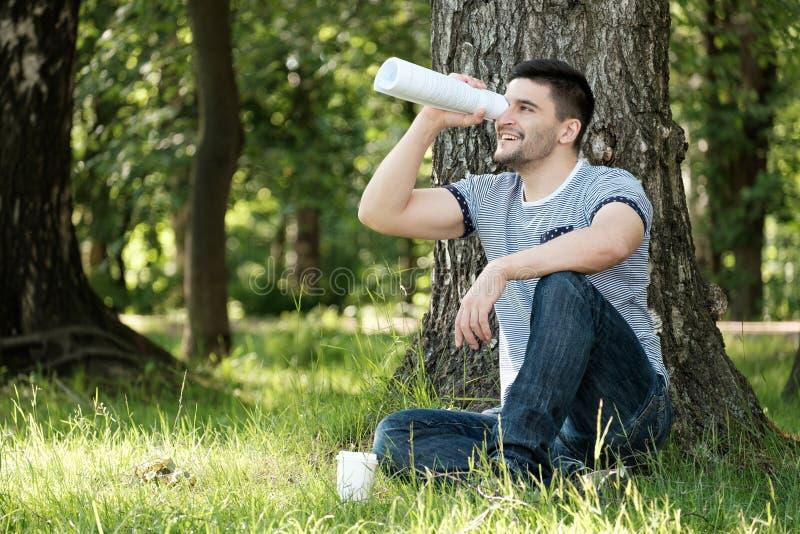 Человек в парке города стоковая фотография