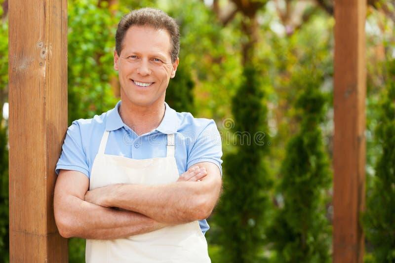 Download Человек в парнике стоковое фото. изображение насчитывающей сад - 40586154