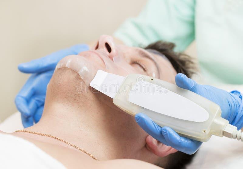 Человек в процедуре по косметики маски стоковые фотографии rf