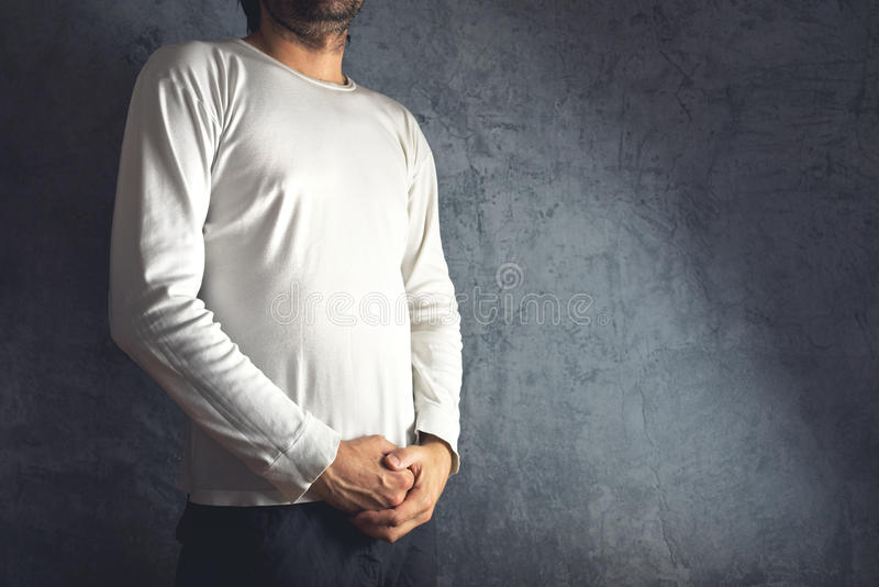 Человек в пустой белой футболке стоковая фотография
