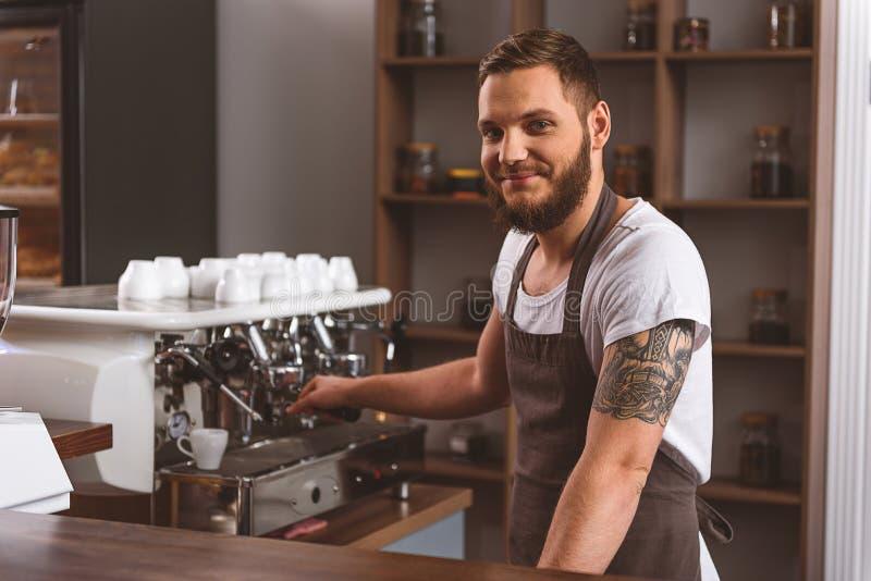 Download Человек в рисберме усмехаясь в кафе Стоковое Изображение - изображение насчитывающей карьера, coffeemaker: 81801979