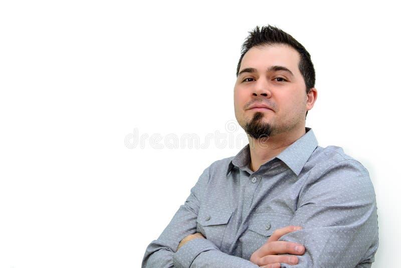 Человек в серой рубашке и пересеченных оружиях смотря уверенно Copyspace стоковые изображения rf
