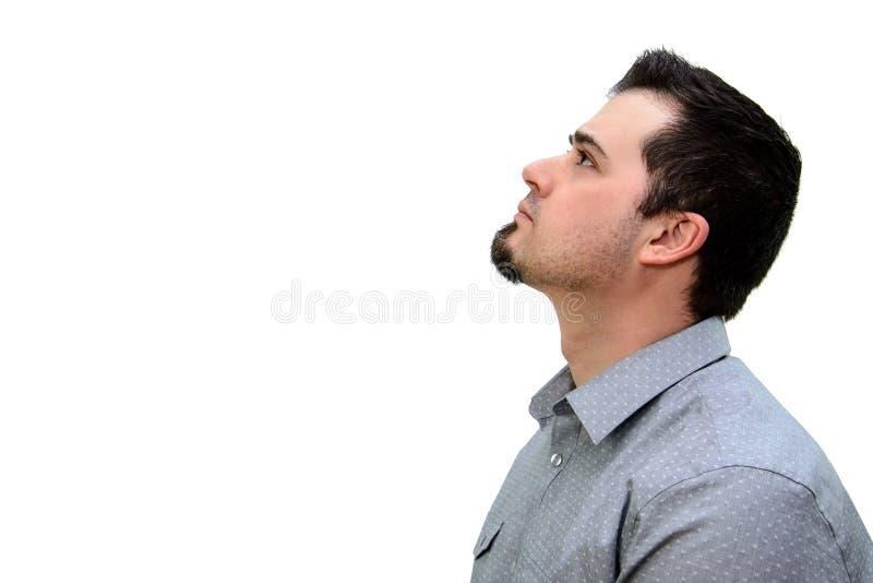 Человек в серой рубашке смотря вверх на белом фоне Copyspace стоковое фото rf