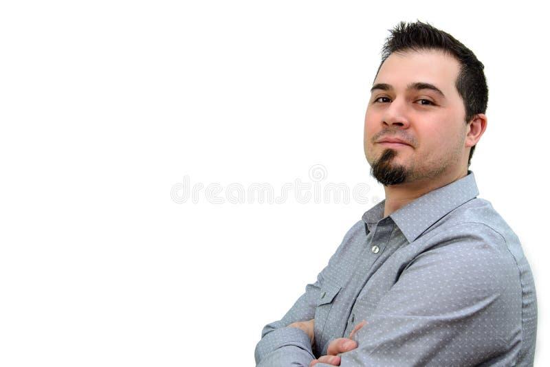 Человек в серых оружиях скрещивания Shiirt и усмехаясь Copyspace стоковые изображения rf