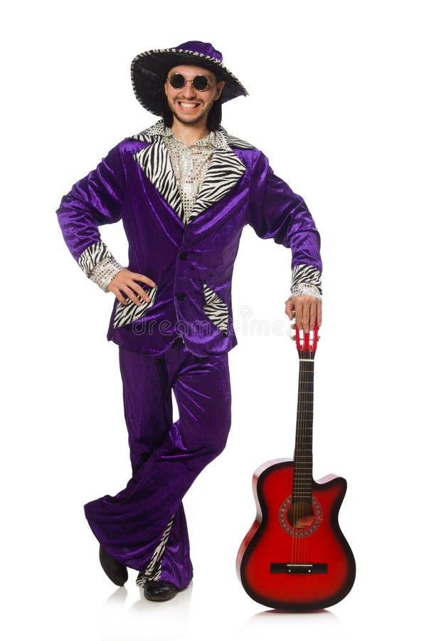 Человек в смешной одежде держа гитару изолированный дальше стоковые фото