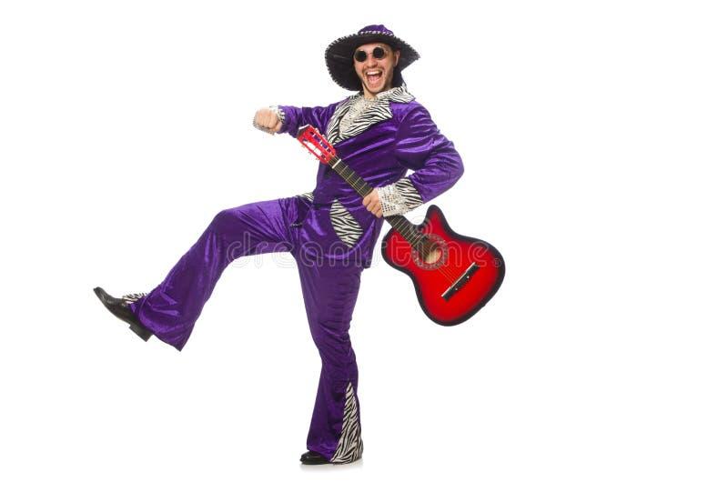 Человек в смешной одежде держа гитару изолированный дальше ...
