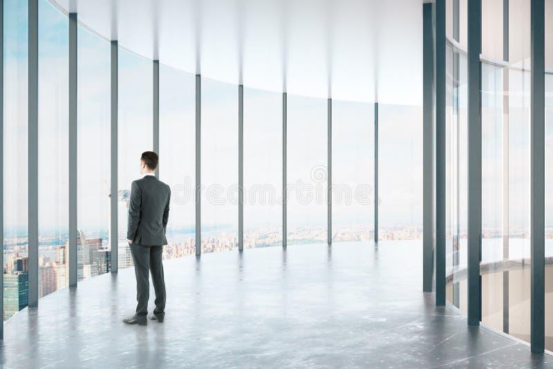 Человек в современном стеклянном коридоре иллюстрация вектора