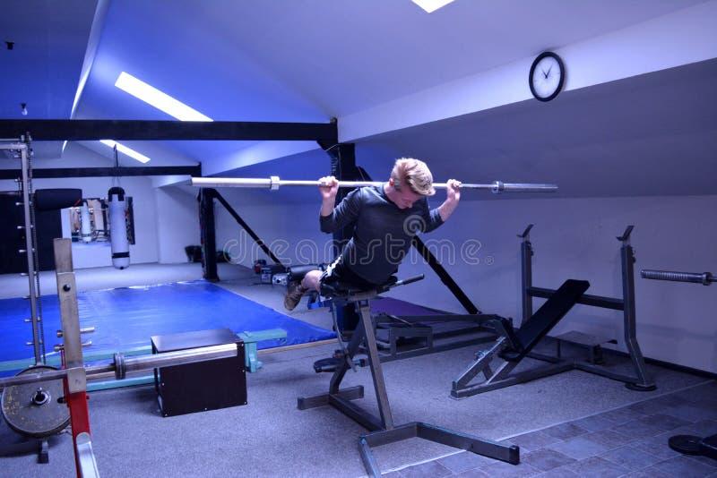 Человек в спортзале или спортивный клуб стоковые фотографии rf