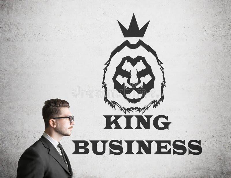 Человек в стеклах приближает к королю эскиза дела стоковые фотографии rf