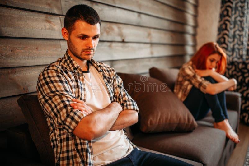 Человек в стрессе и несчастная женщина, ссора семьи стоковое изображение
