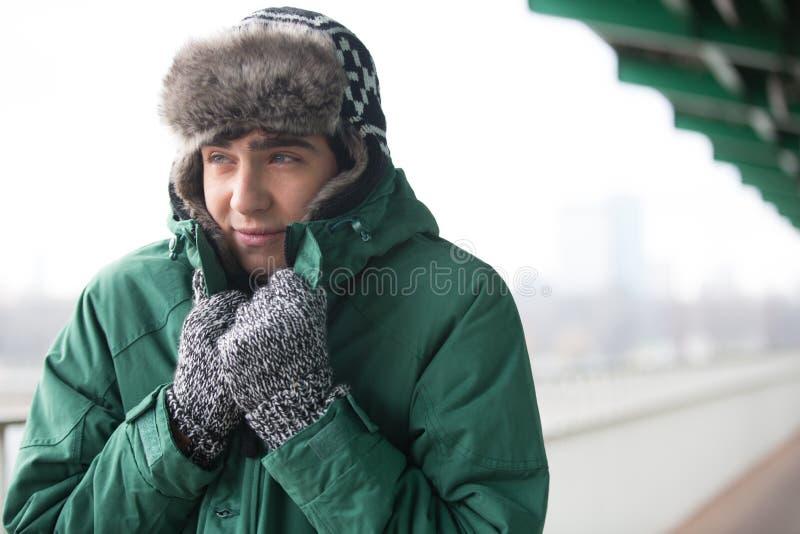 Человек в теплой одежде знобя outdoors стоковые изображения rf