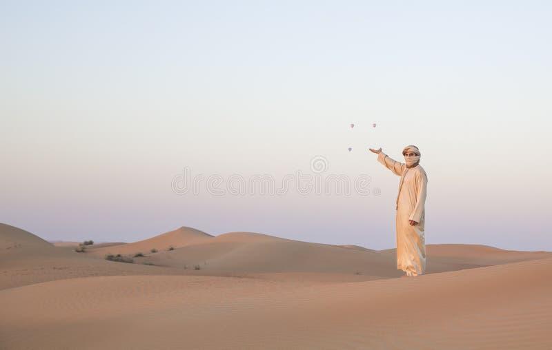Download Человек в традиционном обмундировании в пустыне около Дубай Стоковое Фото - изображение насчитывающей дистантно, экземпляр: 81800132
