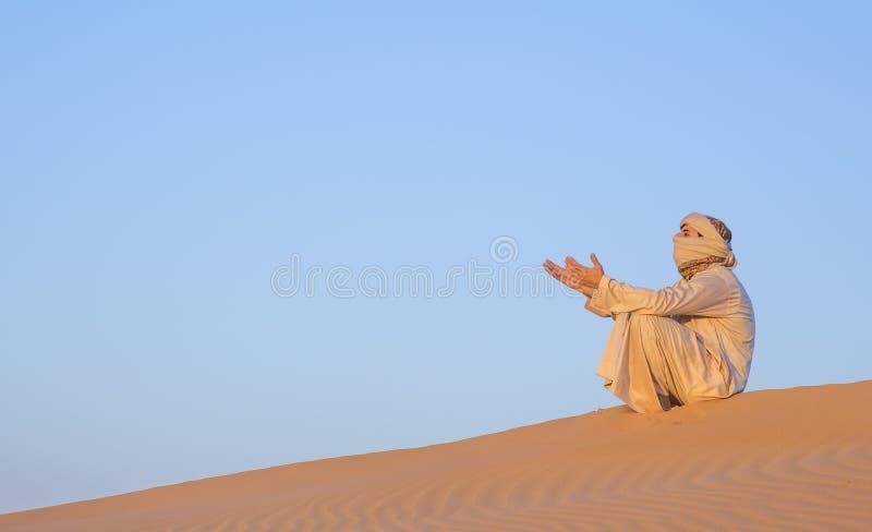 Download Человек в традиционном обмундировании в пустыне около Дубай Стоковое Фото - изображение насчитывающей bluets, космос: 81804174