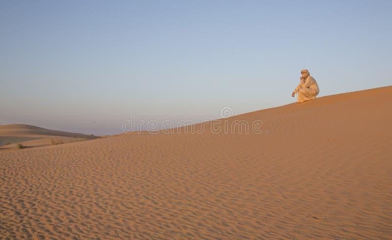 Download Человек в традиционном обмундировании в пустыне около Дубай Стоковое Изображение - изображение насчитывающей saudi, adulteration: 81804547