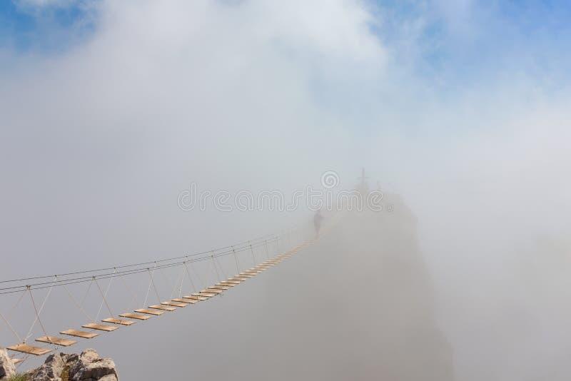 Человек в тумане над бездной стоковое фото rf