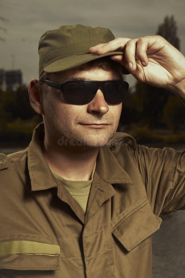 Человек в форме представляя в последнем свете стоковая фотография