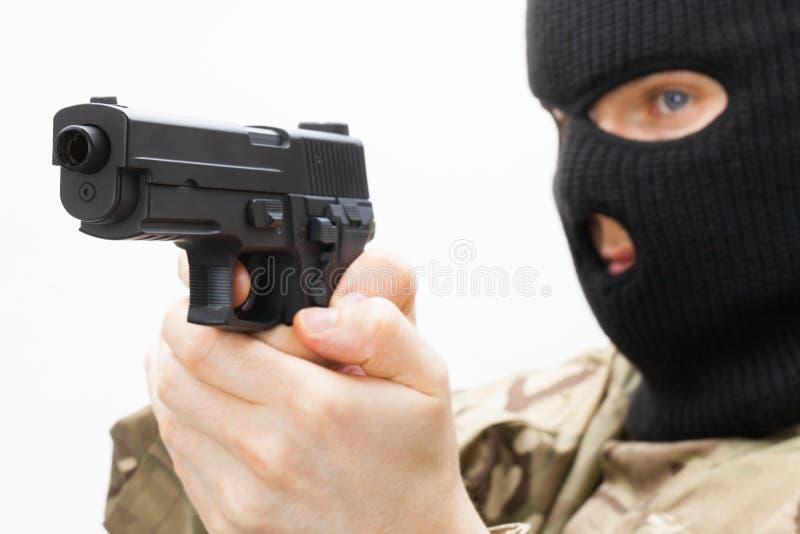 Человек в черной маске держа личное огнестрельное оружие стоковые изображения rf