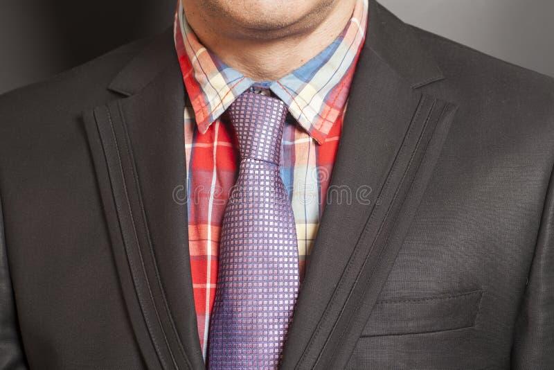Человек в черном костюме и черный галстук на черноте стоковые изображения rf