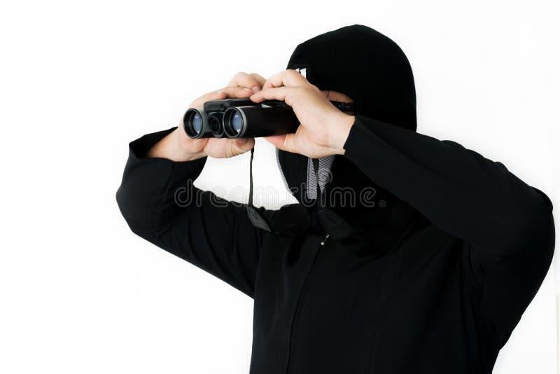 Человек в черноте с Spyglass стоковое фото