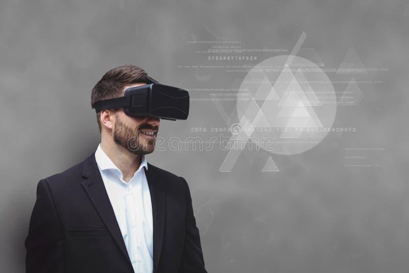 Человек в шлемофоне VR смотря интерфейс против серой предпосылки иллюстрация вектора